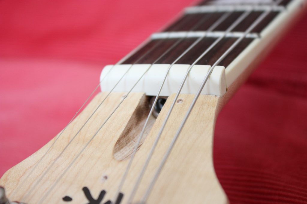With the strings attached, the adjustment of the neck is the first step for a good sound and usability.